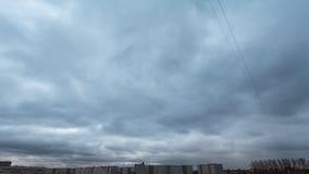 timelapse 4k del cielo melancólico de la primavera con muchas nubes rápidamente mooving almacen de video