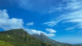 timelapse 4K delle nuvole sulle montagne e sulla foschia di mattina al parco nazionale di Khao Kho, provincia di Phetchabun, Tail archivi video