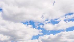 timelapse 4K di cielo blu nuvoloso naturale reale video d archivio