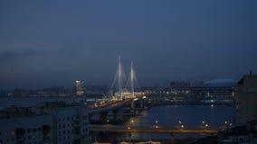 timelapse 4K do por do sol sobre a ponte cabo-ficada em St Petersburg, Rússia video estoque