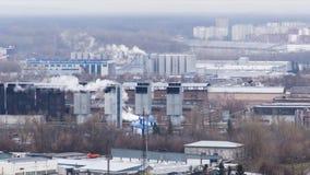 Timelapse 4k dzień strzelał park przemysłowy w mieście Dym od drymb fabryka zdjęcie wideo