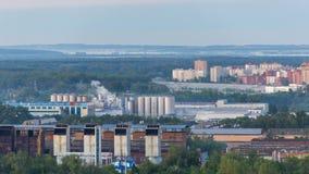 Timelapse 4k dzień strzelał park przemysłowy w mieście Dym od drymb fabryka zbiory