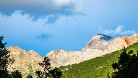 timelapse 4K El movimiento de nubes sobre los tops de las montañas de Tien Shan en verano almacen de video