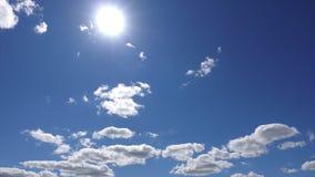 Timelapse 4K, le soleil haut au-dessus des nuages blancs dans le ciel bleu Beau paysage de nuages Soleil à travers le nuage clips vidéos