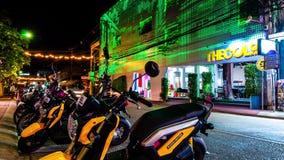 timelapse 4K Moto en un color de fondo LED del edificio que cambia y efecto luminoso almacen de metraje de vídeo