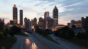 timelapse 4K movente de Jackson Bridge que enfrenta a via pública larga e urbanizada da liberdade em Atlanta, Geórgia video estoque
