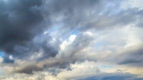 timelapse 4K Movimiento dramático de nubes tormentosas en primavera temprana contra la perspectiva del cielo azul almacen de metraje de vídeo