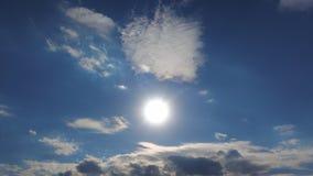 Timelapse 4k, o Sun brilha acima das nuvens no céu azul Cloudscape de surpresa, perfurar dos raios do sol belamente filme