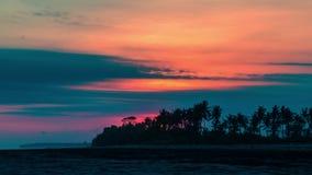 timelapse 4K Puesta del sol en el fondo de palmeras 15 de julio de 2015, Bali, Indonesia metrajes