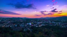timelapse 4K Puesta del sol sobre la ciudad de Phuket, Tailandia