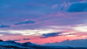 timelapse 4K Tramonto rosa luminoso nelle montagne stock footage