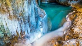 timelapse 4K Una cascada de congelación y un lago en una cueva en invierno metrajes