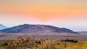 timelapse 4K Una puesta del sol caliente en las montañas de Asia Central metrajes