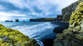 timelapse 4K Vågor som bryter på den svarta sanden, sätter på land på en bakgrund av berglava Reynisdrangar strand, Island 15 stock video