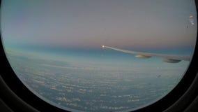 Timelapse4k Weergeven door een vleugel van het vliegtuigvenster arplane boven de wolk stock video