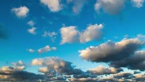 Timelapse kołysania się chmury Przytępia chmurzący i niebieskie niebo, lot nad chmurami, sprawnie, cloudscape, dzień zdjęcie wideo