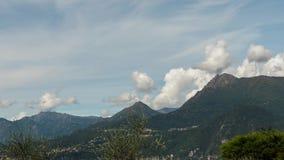 Timelapse, lac Como sur un fond des villages dans les montagnes et ciel bleu avec des cirrus se déplacent rapidement à travers banque de vidéos