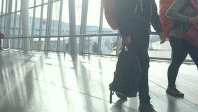 Timelapse lage hoek van mensen in SkyCity binnen zich luchthaven het haasten stock video