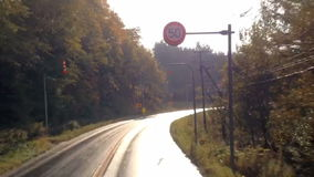 Timelapse-Landstraße, die viele Kurve fährt stock footage