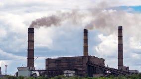 Timelapse Le paysage urbain a fumé l'atmosphère polluée des émissions des usines et des usines, vue des tuyaux avec de la fumée banque de vidéos