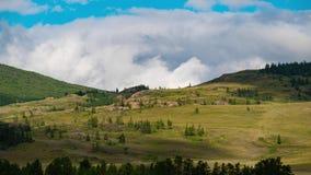 Timelapse Les nuages laissent des ombres sur les montagnes vertes Un beau paysage de montagne banque de vidéos