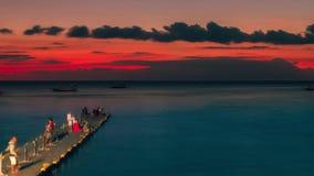 Timelapse-Leute fischen auf dem Senggigi-Pier bei Sonnenuntergang in Lombok, Indonesien Juli 2016 stock footage