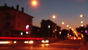 Timelapse Lichter der Stadt bei schönem Sonnenuntergang, Straße und Ampel stock video footage