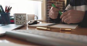 Timelapse Los trabajos del hombre de negocios en la oficina con el smartphone, mecanografiando en el teclado, escriben notas almacen de metraje de vídeo