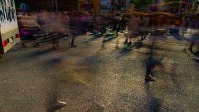 Timelapse ludzie przy skrzyżowaniem w Shibuya Tokio dnia żaluzji wolnym panning zbiory wideo