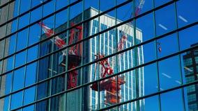 Timelapse móvel dos guindastes no prédio de escritórios no Tóquio de Shinjuku filme