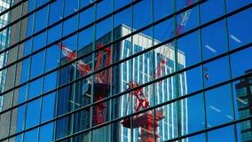Timelapse móvel dos guindastes no prédio de escritórios no Tóquio de Shinjuku vídeos de arquivo