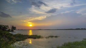Timelapse materiał filmowy zmierzch obok jeziora w lecie zdjęcie wideo