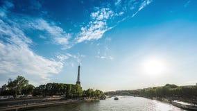 Timelapse med Eiffeltorn och fartyg på Seinen Dag Juni 2, 2017 arkivfilmer
