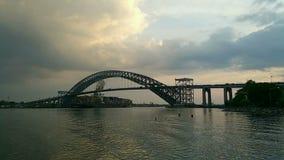 Timelapse med en stor bortgång för behållareskepp under den Bayonne bron, NJ stock video