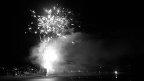 Timelapse met langzaam motieeffect door superpositions van beelden het langzaam verdwijnen Toon bij nacht over een kustdorp 4K -  stock footage