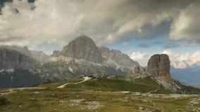 Timelapse met snel bewegende wolken over Cinque Torri, Dolomiet stock video