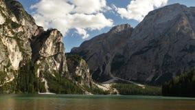 Timelapse met snel bewegende wolken over meer Braies, Dolomiet stock video