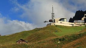 Timelapse met snel bewegende wolken over pieken in Dolomiet stock videobeelden