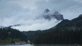 Timelapse met snel bewegende wolken over Tre Cime di Lavaredo, Dolomiet stock videobeelden