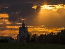 Timelapse mit laufenden Wolken und Sonnenlicht bei Sonnenuntergang im Hintergrund einer Russisch-Orthodoxen Kirche stock footage