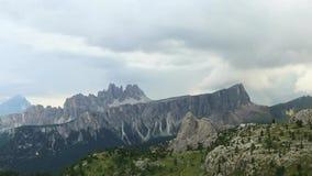 Timelapse mit sich schnell bewegenden Wolken über Spitzen im Dolomit stock footage