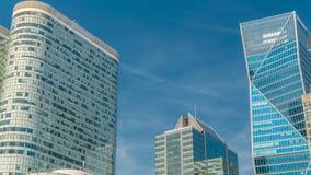 Timelapse moderno dei grattacieli in finanziario famoso e nel distretto aziendale di Parigi - difesa della La archivi video