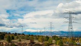 Timelapse moln och elektriska torn arkivfilmer