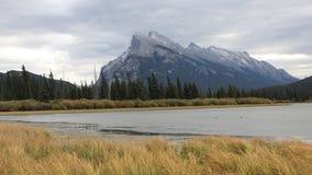 Timelapse montering Rundle nära Banff, Alberta 4K stock video