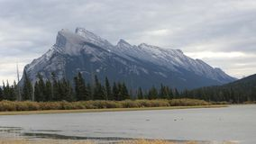 Timelapse montering Rundle nära Banff, Kanada 4K arkivfilmer