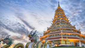 Timelapse mooie syk bij Huai Pla Kung-tempel Chinese stijl stock footage