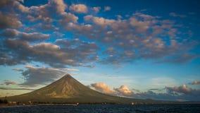 Timelapse morgon- och soluppgångMayon vulkan i Legazpi, Filippinerna Den Mayon vulkan är en aktiv vulkan och en resning 2462 arkivfilmer