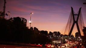 Timelapse na noite, na arquitetura da cidade bonita com carros, nos velomotor e no tráfego na estrada filme