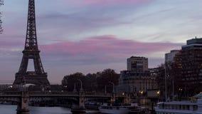 Timelapse: Nacht aan Dag over de toren van Eiffel in de winter - Parijs stock video