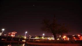 Timelapse in nacht, mooie cityscape met auto's, motoren en verkeer op de weg stock footage